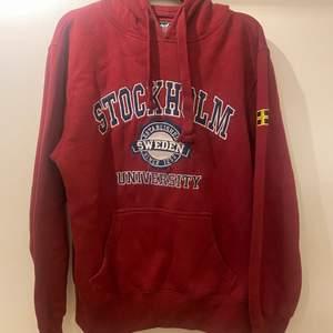 röd stockholm hoodie, skitmysig. Den är i S men sitter stort o oversized
