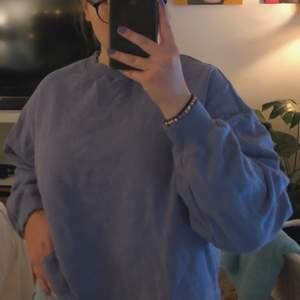 Blå collegetröja med snören nedtill. Köpt på BikBok för några år sedan men inte använd särskilt ofta. Bra skick och i storlek S 🤍 Antingen mötas upp i Linköping eller så står köparen för frakten