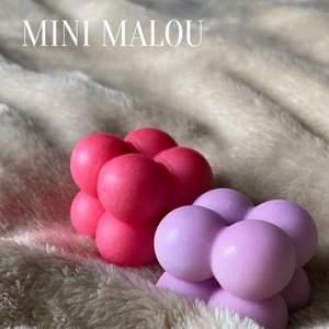"""Säljer detta populära ljus som jag kallar för """"Mini Malou"""". Den går att få i alla färger (matt eller glansig), och har doften vanilj/karamel🕯Mini Malou kommer ha följande priser: Ett ljus = 28kr, Två ljus = 26kr/st, Tre ljus = 24kr/st, Fyra ljus = 22kr/st. Vid köp av fler än fyra ljus kommer priset vara 22kr/st. Frakt betalar köparen. Mini Malou = 1-30 ljus, då ligger frakten mellan 48-96kr. Hör av dig om det är något du undrar eller om du är intresserad av något eller några ljus!🤍 OPS: ljusen på bilderna har EJ vekar, vilket dom såklart kommer ha vid försäljning!☺️"""