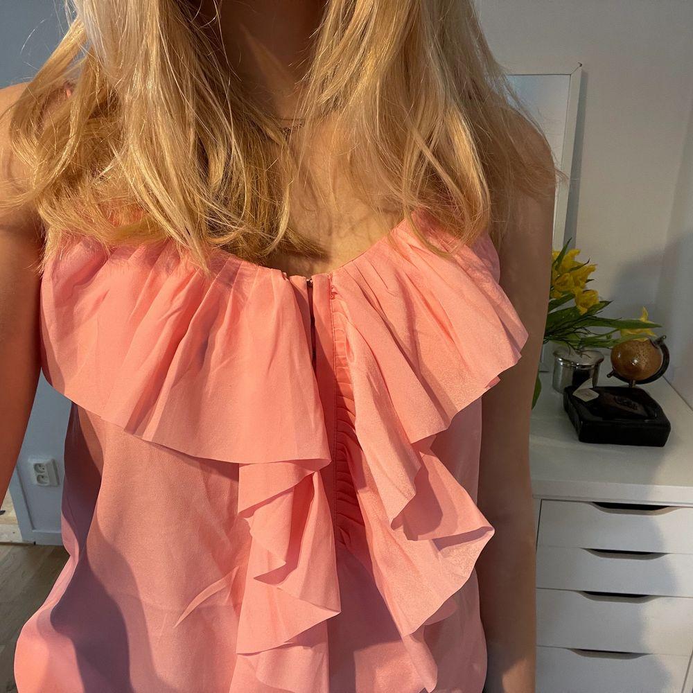 Säljer en jätte fin rosa blus som har en sån härlig färg och passar perfekt när man blir brun💕 storlek: 36. Blusar.