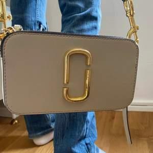 Säljer min favoritväska från Marc Jacobs. Modellen är Camera Snapshot Bag och nypris är 3400kr🥰den sparsamt använd och skicket är mycket bra förutom att ena facket har lite fläckar i sig från en bronzer. Kontakta för mer bilder❤️bandet är även justerbart