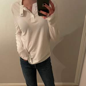 En super fin långärmad tröja från hm. Aldrig använd och prislappen är kvar. Super söta knappar där fram! Från man avdelningen