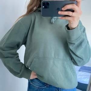 Mysig militärgrön hoodie med ficka!🤩 Använt några enstaka gånger. Insidan av hoodien är av skönt flismaterial🥰