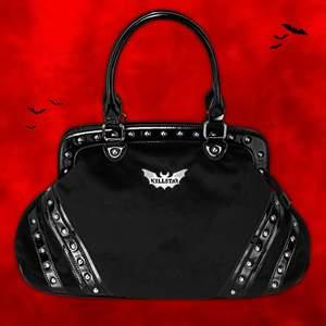 """""""𝑵𝒆𝒗𝒆𝒓 𝒕𝒓𝒖𝒔𝒕 𝒕𝒉𝒆 𝒍𝒊𝒗𝒊𝒏𝒈."""" KILLSTAR Jordyn Handbag 🌙🦇🖤 En supermaffig väska i svart mocka med lackdetaljer och nitar 🔪 KILLSTAR-brickan är dessutom formad som en fladdermus som en xxxtra edgy touch 🤩 Aldrig använd och har får många väskor så måste rensa 👜🙈 Finns två stora huvudfack med mindre inuti samt ett ytterst som går att stängas med dragkedja. Köptes 2019 och såldes ut för ett tag sedan! Väskan är 50cm x 13cm x 12cm. Frakt tillkommer på 66kr 💌"""