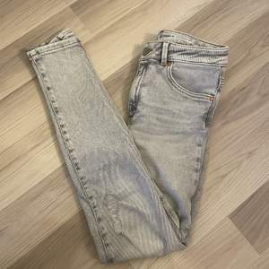 Jeans ifrån bikbok i storlek s. Passar mig perfekt som brukar ha s. Säljs då de inte är min stil längre och säljs i fint skick. Byxorna har slitningar på båda benen