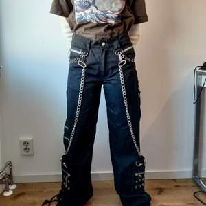 Selling my baby😔 Fett coola byxor med kedjor och nitar, säljer pga att den blivit lite för liten för mig nu. Står strl 30 på byxorna men de passar inte mig som bär 28-29. De vart lite för lösa för hon i bilden som brukar bära 26-27