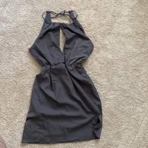 Klänning/ Festklänning från Nelly trend storlek 34. Aldrig använd. Färgen är grå🌸 säljer för 200kr🌸