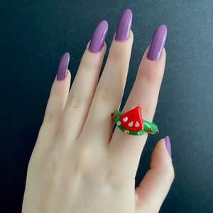 """🍉Supersöt vattenmelon ring! Perfekt inför sommaren  😍❤️! Påminner om Harry styles """"Watermelon Sugar"""" låten ☺️✨! Skriv ifall du har några frågor 🤗💕"""