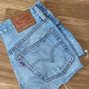 Supersnygga Levis 501 shorts med slitningar. Köparen står för frakten 💗✨