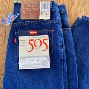 Ett par svin snygga Levis jeans 505. Dem är helt nya men köpta second hand. Dem är i straight leg passform och personen på bilden är 1,62 och har vanligtvis small i jeans. Hör av er vid frågor🥰🙌🏼 !jag samfraktar!                 Buda eller köp direkt för 350kr!