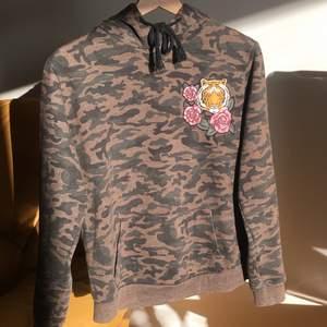 Militärgrön/brun hoodie med en tiger. Mycket bra skick! Storlek S. Pris: 170 plus 66kr frakt. Skriv om du undrar något 💘