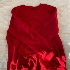 En jätte skön och mjuk väldigt röd tröja i lite tjockare material. Köpte den i lite större storlek (L) för en mer oversized look på mig som egentligen är på storlek S, passar verkligen till wide jeans eller mom jeans. Använd en gång bara!