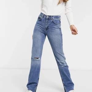 Säljer dessa jeans från pull&bear som knappt kommer till användning. Storlek 36 och sitter som på bilden, knappt använda så de är i väldigt gott skick😜