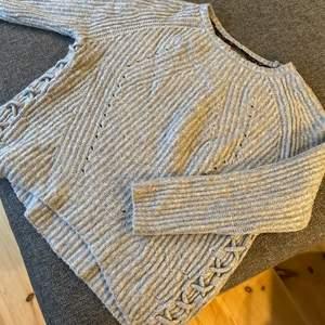 Den jätte fin stickad grå tröja med fina unika detaljer på sidan. Jätte fint skick använd väldigt få gånger. Den är i strl 38 och är ifrån Street One, extremt bra kvalitet och köpt för 699kr. Kan ta fler bilder om det skulle behövas💕💕💕