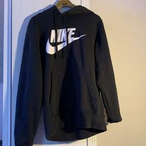 Svart Nike hoodie, använd 2-3 gånger, mkt bra skick. Storlek S
