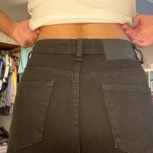 Skit snygga zara jeans i stl 34! De är i rakmodell/ monsjeans modell. Spårbarfrakt tillkommer på 66kr.