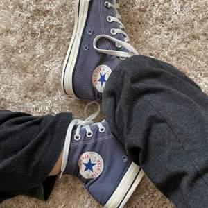 Blå converse i användt skick! Ett av skosnörena är sönder men går ju köpa nya, fattas silverdetaljerna på sidan av skon (se bild 1) storlek 39!