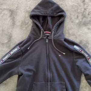 Säljer min zip up hoodie från tommy hilfinger. Super snygg!!!! Köpt från Elin Maria (märkes butik i Eskilstuna) i storlek s. Nypriset ligger på runt 1000kr mitt pris 250kr