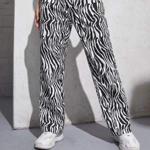 Säljer dessa byxor ifrån Shein då de är alldeles för korta för mig🦓 Det är aldrig använda och i bra skick🤍 jag är 1,69!🤍 FÖRST TILL KVARN