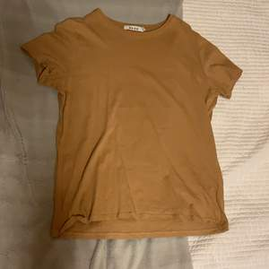 Beige T-shirt från NA-KD, säljer då den inte längre är min stil. Färgen gör sig inte riktigt rättvis på kameran (den är lite ljusare än på andra bilden).