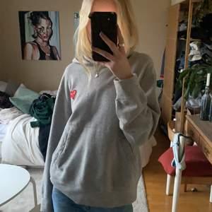 CDG hoodie i storlek M, köpt på NK! Lägger upp igen pga oseriösa köpare, tröjan är i fint skick❤️Buda från 650