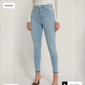Helt nya ljusblåa jeans från NA-KD så ligger kvar i sin förpackning de kom i. Köpte i hopp om att jag skulle gå ner i vikt och dom skulle passa men då de inte blivit av och de nu gått ca ett halvår så säljer jag dom nu. Verkligen så fina och passar jättebra nu till våren!