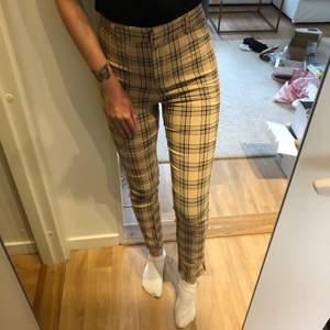 Beigea kostymbyxor från H&M Divided i storlek 36, men fungerar även på min som vanligen har 34 då de är stretchiga i materialet. I använt, men fortfarande fint skick 🤎