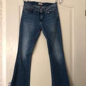 Ett par najs låga bootcut jeans köpta på Tommy Hilfiger. Mellanblå tvätt med en liten detalj på fickan. Säljs på grund av att dessa är för små för mig! Storleken är 25/32. Kan mötas upp eller leverera men då står köparen för frakten. Köp nu så du kan använda dessa snygga snygga jeans till våren och sommaren! 😇💞🥰🙏🏻 Om ni vill se fler bilder så kan ni skriva till mig privat!💜
