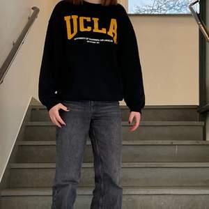 Från hm, SUPER cool, det står UCLA på den, svart, som ny, viker sig naturligt ned till