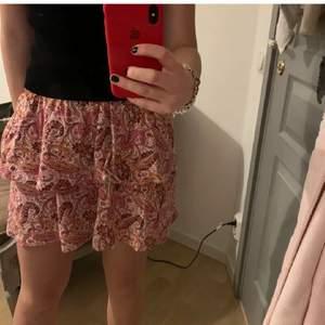 Jätte fin kjol till sommaren med två volanger. Nypris 299