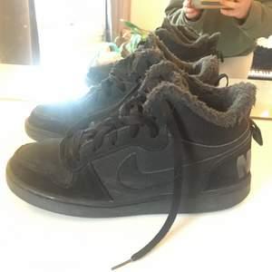 Fina men lite smutsiga svarta Nike skor
