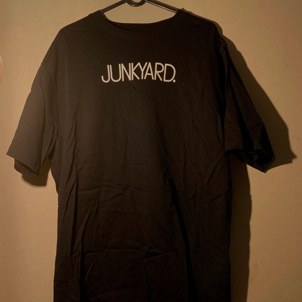 Sparsamt använd unisex T-shirt från junkyard. FRI FRAKT!!. T-shirts.