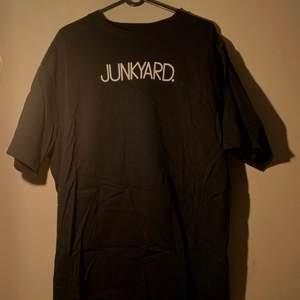 Sparsamt använd unisex T-shirt från junkyard. FRI FRAKT!!