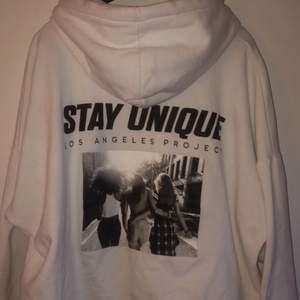 Jättefin hoodie med tryck på ryggen från New Yorker, är i XL men passar M/L om man vill ha lite oversized. köparen står för frakten