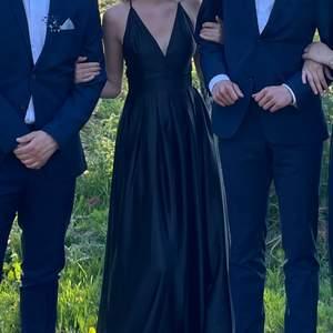 Säljer min fantastiskt fina klänning som jag hade på balen, funkar såklart till andra tillfällen också! Men eftersom jag köpte det för min bal så kommer jag tyvärr inte få någon mer användning för den. Ordinarie pris 799 🤍 Frakt tillkommer på 66kr