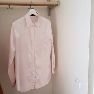 Silkesskjorta från Prettylittlething i storlek S! Väldigt svagt ljusrosa färg