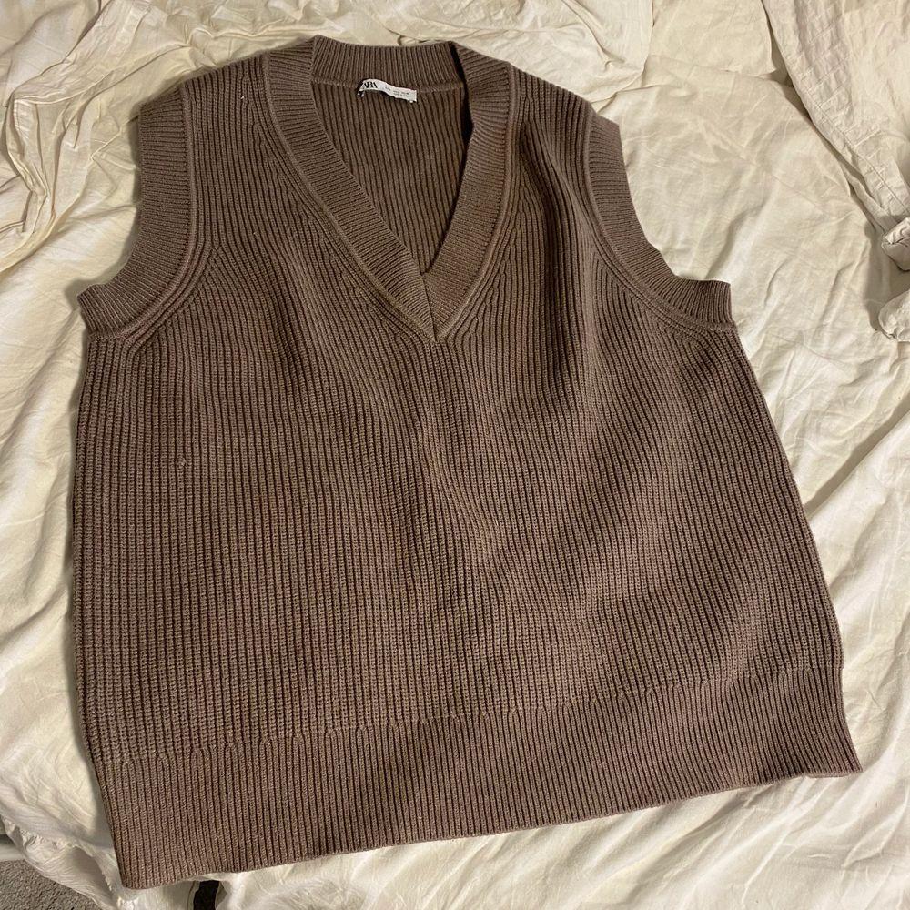 Säljer denna bruna stickade västen från Zara. Aldrig använd! Strl S. Köparen står för frakt 🤎. Stickat.