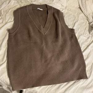 Säljer denna bruna stickade västen från Zara. Aldrig använd! Strl S. Köparen står för frakt 🤎