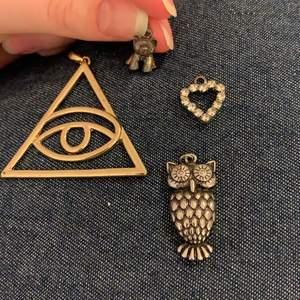 Hängen till halsband utan kedja. Öga/illuminati  30kr. Hund 15kr. Uggla 20kr. Hjärta 20kr. Rabatt om man köper flera