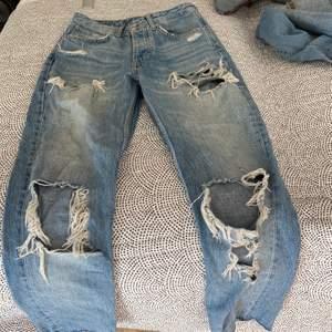 Slitna jeans från bikbok, köpta för 699kr säljer för 150kr.
