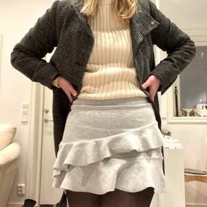 Superfin kjol från Zara. Kommer inte ihåg strl och lappen är bortklippt men känns som 34. Använd men bra skick och jag säljer bara för att den blivit för liten. Priset går att diskutera men köparen står för frakten.