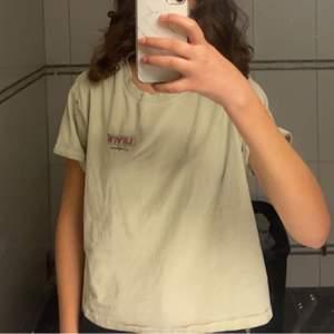 Gul jättefin Levis T-shirt som är lite oversize för mig, säljs pga för stor för mig. Skriv gärna privat om ni har några frågor eller vill köpa💛