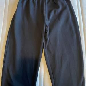 Jag säljer dessa snygga Svarta mjukisbyxorna. De är för korta för mig då jag är runt 170cm lång. Storlek 34, sitter tajt vid midjan.💋