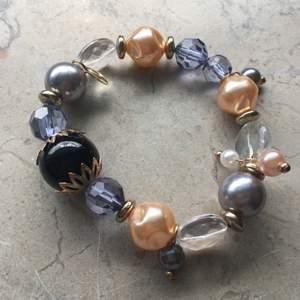 Supersnygg armband med olika stenar/pärlor och en stor svart på mitten. Helt ny och oanvänd! Enkelt att trä genom handen. Pris : 50kr plus 12kr frakt. Skriv om du undrar något 💞💞