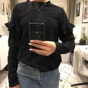 Fin långärmad svart tröja med volanger på ärmarna! Storleken är S och den är från lager 157!❤️köparen står för frakten