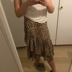 Såå himla fin leopard kjol från Gina Tricot. Bra skick! Säljer pga att den är för liten för mig. 100kr +frakt
