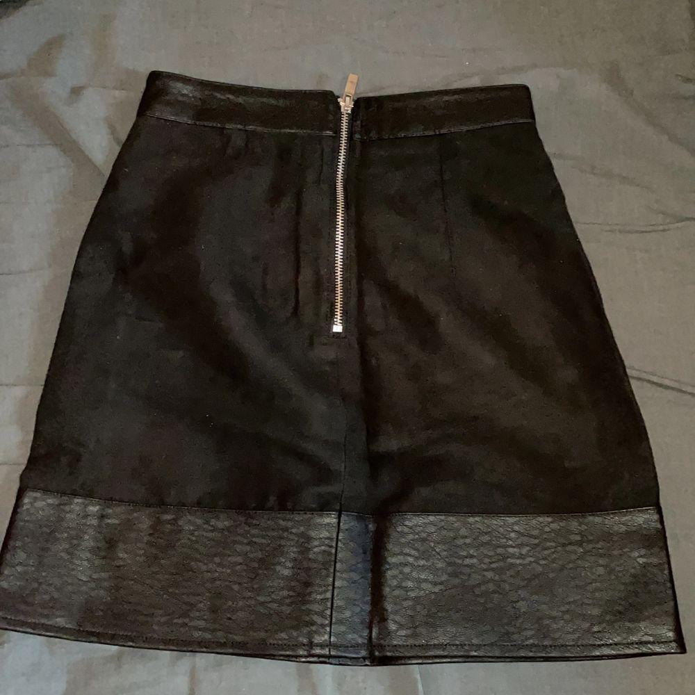 Helt oanvänd super söt kjol med dragkedja baktill. Säljs för att den legat i min garderob så länge att den inte passar längre :(. Super sexig, halv skinn halv inte ish.. Kjolar.