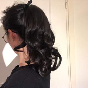 Oanvänd löshår i hästsvans i färgen mörk brun. Ej äkta hår.  Längd: ca 34cm. Frakt: 24kr