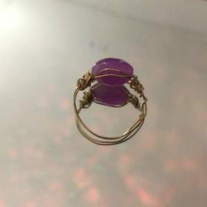 Hemmagjord ring med en lilavit pärla och ringmatrialet är i färgen guld( inte äkta). Fin att ha på middagar och i din vardag.