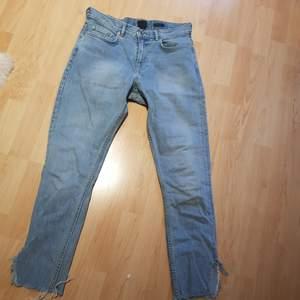 Snygga ljusblå jeans med hemmagjord slit i benet och hemmagjord LV blekning på ena bakfickan. Jeansen har en mellanhög midja och en rak opassform, köpta second hand som jag sedan gjort om själv! Köparen står för frakten och betalning sker via swish!